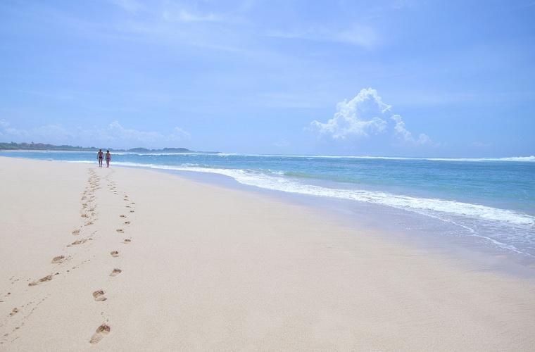 碧山旅行-阳光下的沙滩