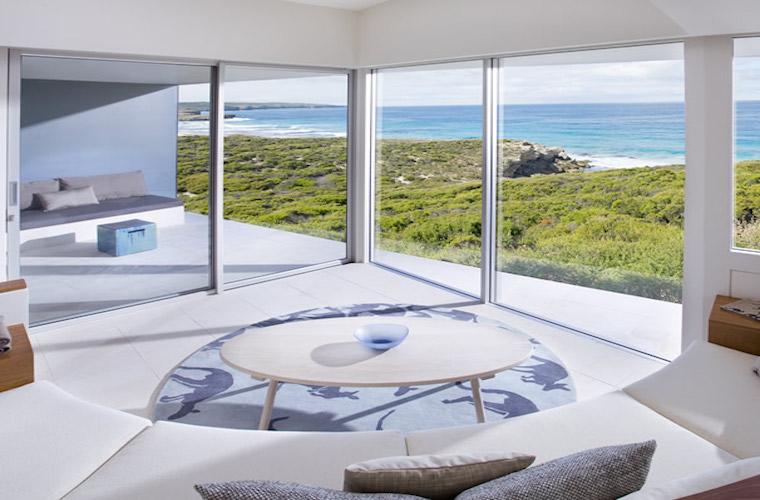 碧山旅行-透过客房明敞的落地窗遥望大海